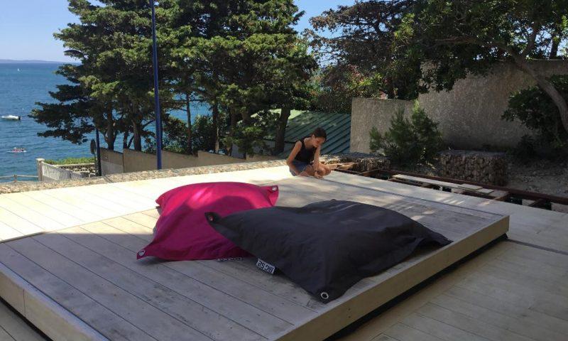La résistance de ma terrasse mobile DIBLUE me permet de laisser les enfants jouer en toute sécurité.