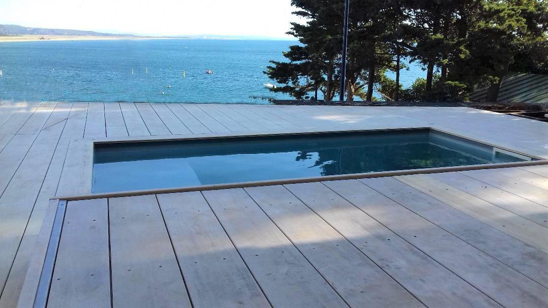 Couvrez votre piscine avec une terrasse mobile DIBLUE pour ne rien dénaturer.